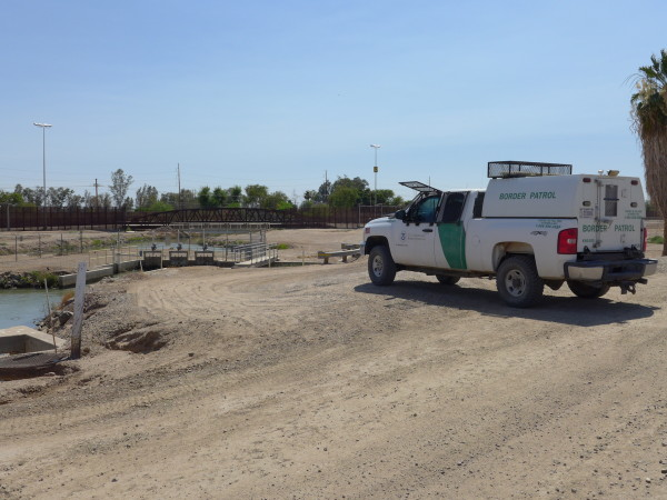 Dopo l'ultima chiusa ciò che resta del Colorado entra in Messico sotto l'occhio vigile del Border Patrol